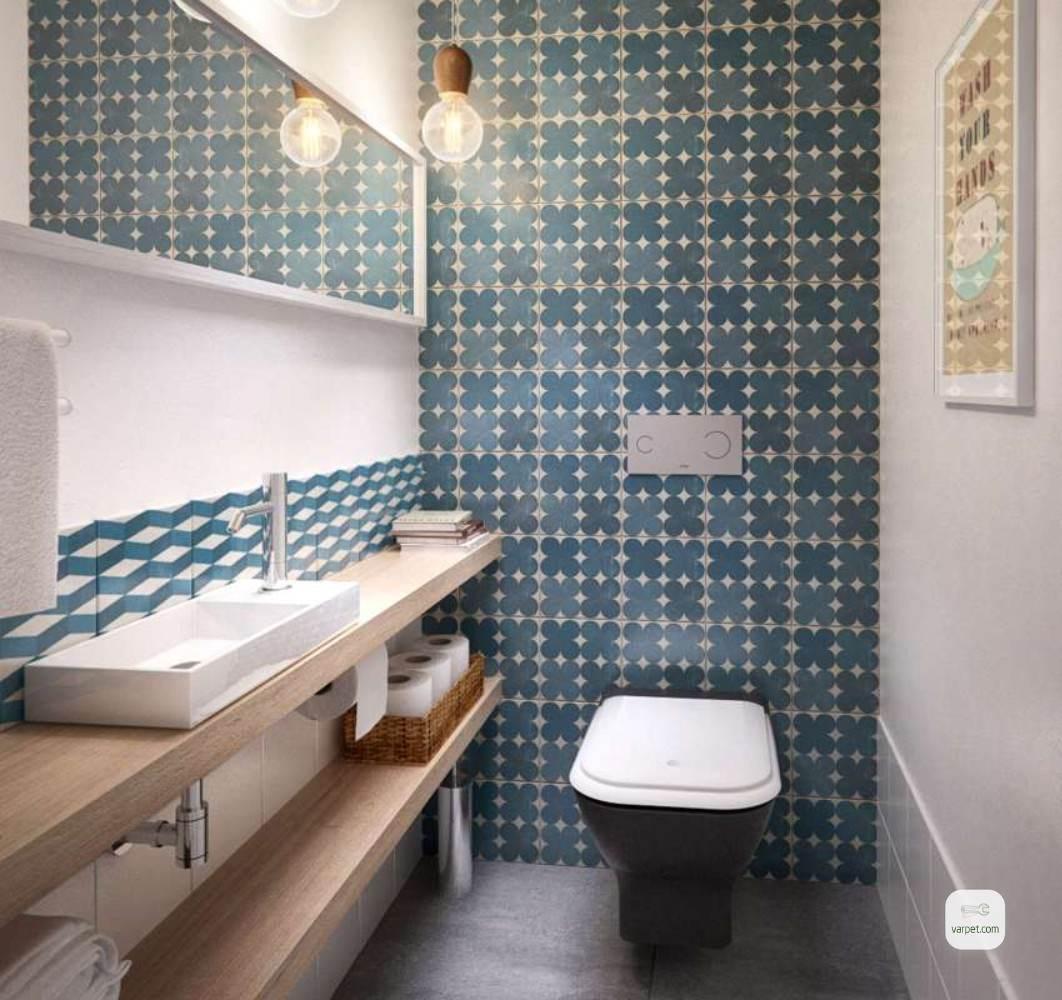 Стены и пол туалета облицованы плиткой