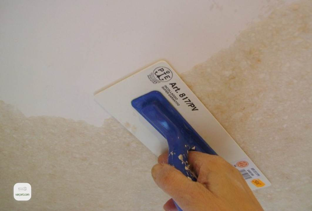 Application of liquid wallpaper on the ceiling